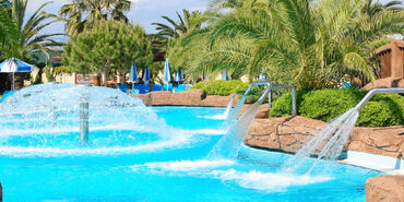 Pool-with-fountains