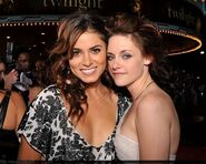 Twilight-premier-nikki-reed-and-kristen-stewart-2852886-449-358