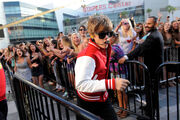 Justin Bieber running to stage VMA's 2010