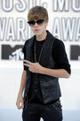 Justin with sunglasses on red carpet VMA's 2010