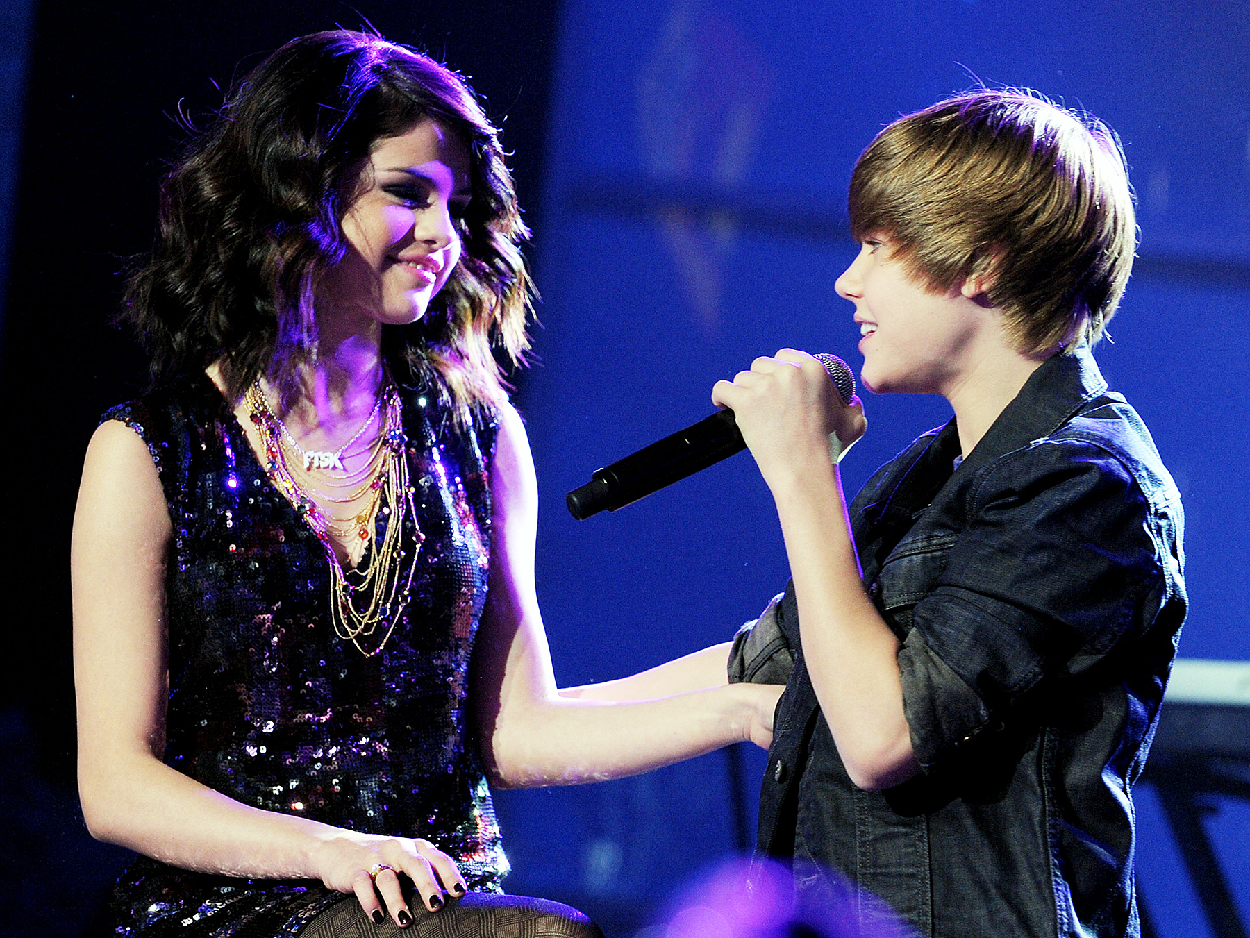 File:Justin singing OLLG to Selena Gomez.jpeg