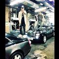 Justin Bieber and Maejor Ali standing on cars