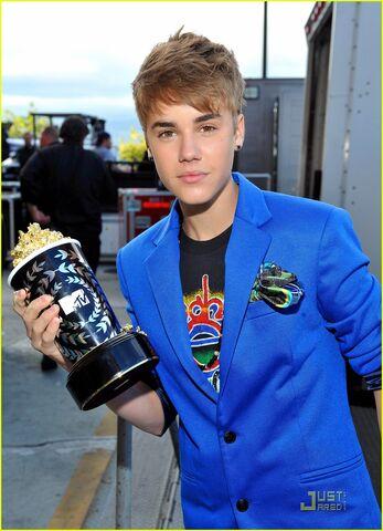 File:Justin-bieber-earrings-mtv-movie-awards-02.jpg