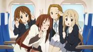 Sawako posing with Yui, Ritsu and Mugi