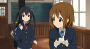 Azusa wants cake secretly