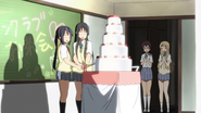 Mio and Azusa cutting the cake