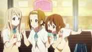 K-ON!! OP 1 - Yui bites Ritsu's ice cream