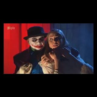 Pan Gałganek i Marian Paździoch (w przebraniu Jokera) mają zamiar uprowadzić Mariolę.