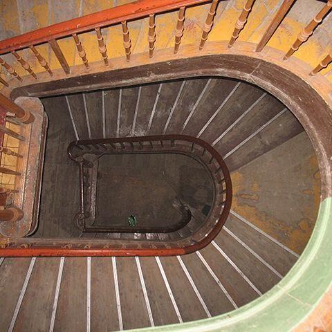 Widok między schodami klatki schodowej, z góry