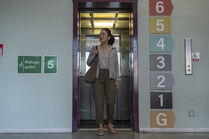 3x01-50 Eve elevator meeting Kenny