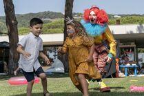 3x02-7 Villanelle clown scares children