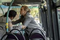 3x03-15 Eve Villanelle bus fight