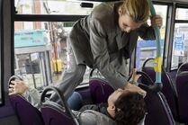 3x03-16 Eve Villanelle bus fight