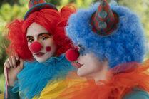 3x02-6 Villanelle Felix clown