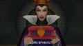 La Reine donnant le coffret à Terra