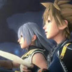 Sora y Riku en el ending de KH2 sentados en la playa del Reino de la Oscuridad
