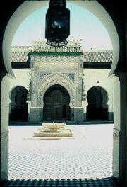 Pogled na dvorište preko puta molitvenog prostora džamije i univerziteta Karavijjin u Fesu