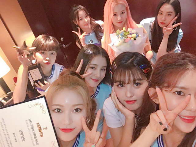 File:MOMOLAND Bran of the Year Korea 2018 thanking fans photo.png