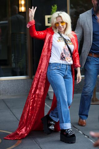 File:6-22-15 Leaving her apartment in NYC 004.jpg
