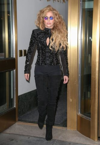 File:8-21-13 Leaving her apartment 002.jpg