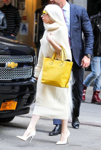 File:3-24-14 Leaving her apartment in NYC 001.jpg