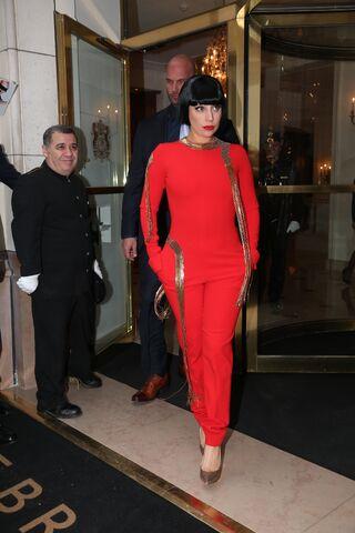 File:11-25-14 Leaving Le Bristol Hotel in Paris 001.jpeg