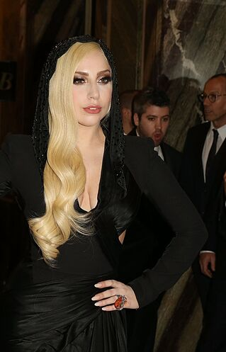 File:1-19-14 Arriving at Versace Fashion Show in Paris 002.jpg