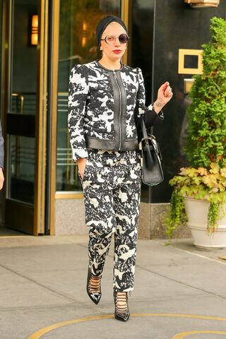 File:11-2-15 Leaving her apartment in NYC 001.jpg