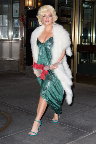 File:12-18-14 Leaving her apartment in NYC 001.jpg
