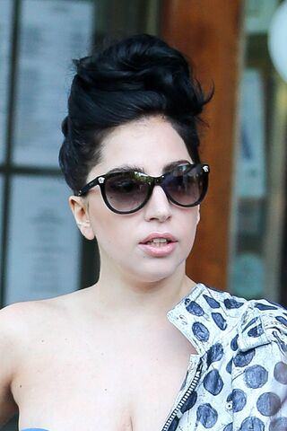 File:6-21-14 Leaving her apartment in NYC 002.jpg