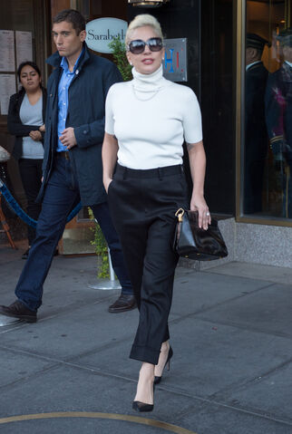 File:11-4-15 Leaving her apartment in NYC 001.jpg