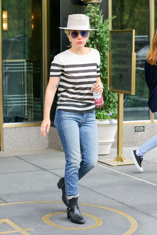 File:5-2-16 Leaving her apartment in NYC 001.jpg