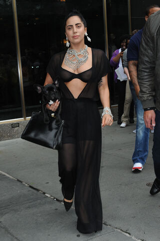 File:6-12-14 Leaving her apartment in NYC 001.JPG