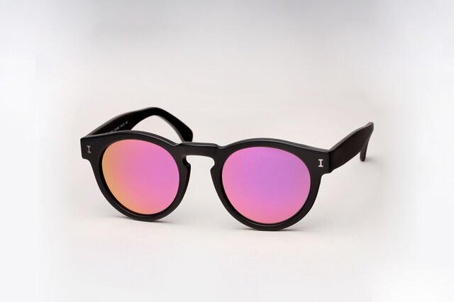 File:Illesteva - Leonard (Matte black and pink).jpg