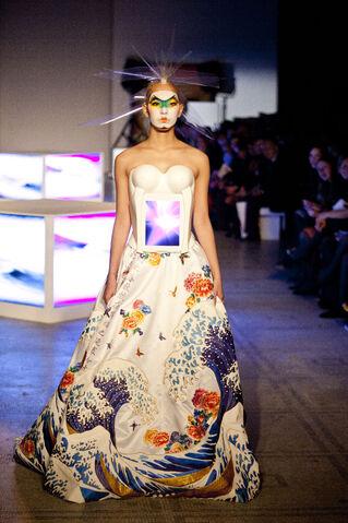 File:Kansai Yamamoto - ''Fashion In Motion'' 2013 Collection 005.jpg