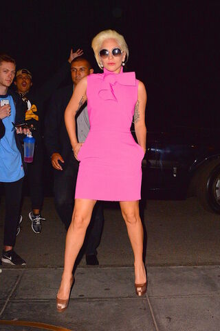 File:10-6-15 Arriving at her apartment in NYC 002.jpg