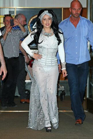 File:6-22-14 Leaving her apartment in NYC 001.jpg