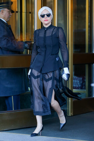 File:11-21-15 Leaving her apartment in NYC 001.jpg