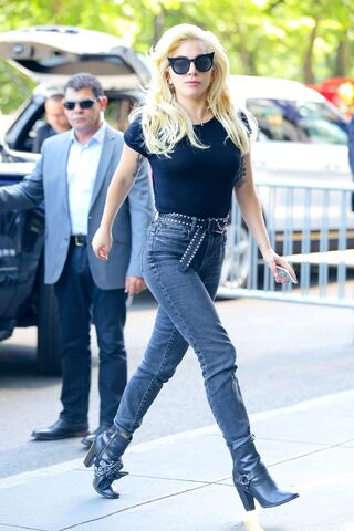 File:8-17-16 Arriving at her apartment in NYC 001.jpg