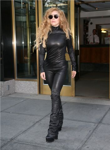 File:8-20-13 Leaving her apartment in New York 001.jpg