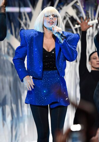 File:8-25-13 VMA Performance 003.jpg