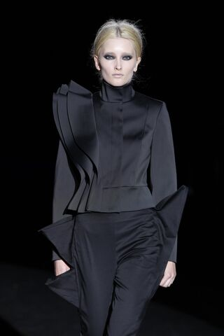 File:Amaya Arzuaga - Fall 2009 RTW Collection.jpg