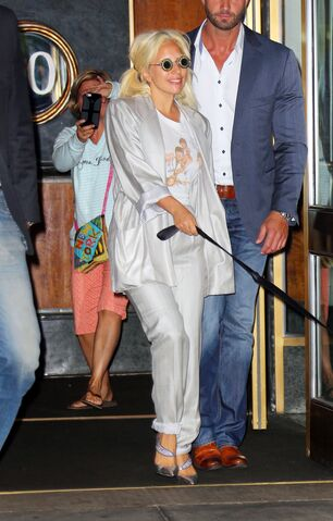 File:6-20-15 Leaving her apartment in NYC 001.jpg