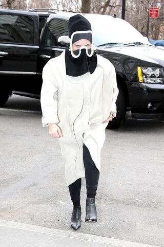File:3-23-14 Arriving at her apartment 002.jpg