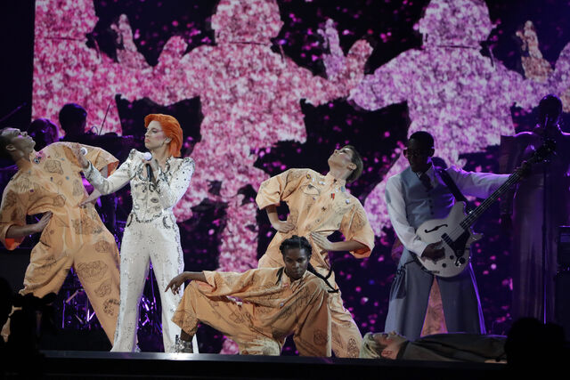 File:2-15-16 Performance at 58th Grammy Awards in LA 008.jpg