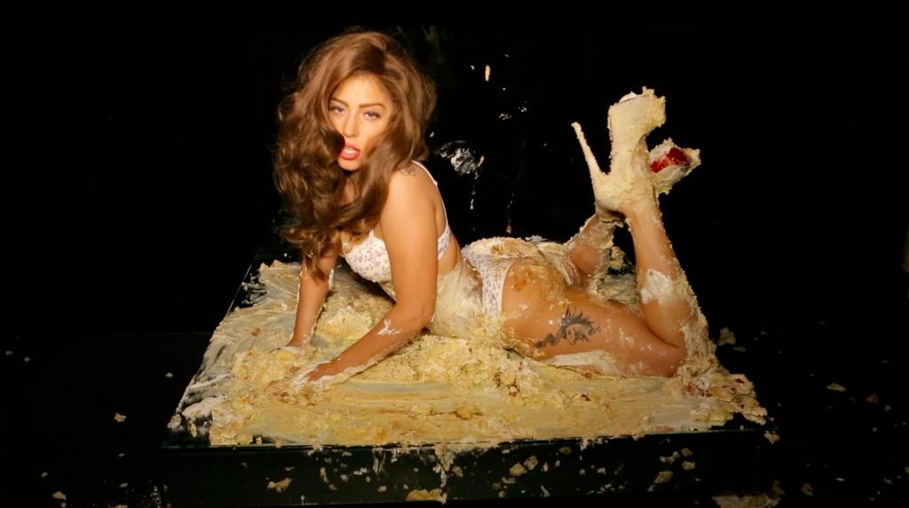 эротическое фото девушка обмазана тортом голые женщины