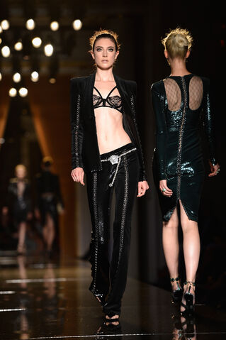 File:Atelier Versace - Haute Couture Fall 2013 Collection 002.jpg