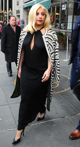 File:12-20-14 Leaving her apartment in NYC 001.jpg