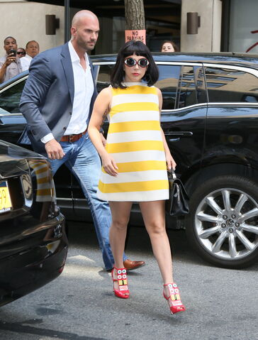 File:5-4-15 Arriving at Carlyle Hotel in NYC 001.JPG