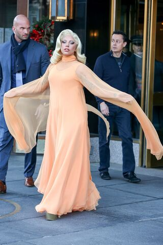 File:12-17-14 Leaving her apartment in NYC 001.jpg
